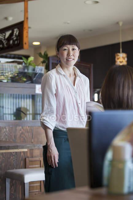 Стоячи в кафе офіціанткою — стокове фото