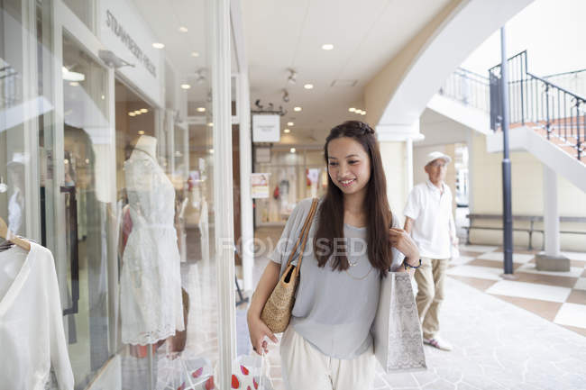 Жінка, дивлячись на одяг — стокове фото