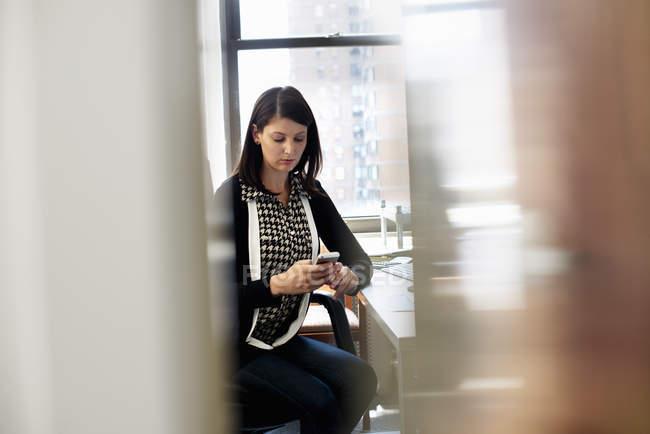 Donna che lavora in un ufficio — Foto stock
