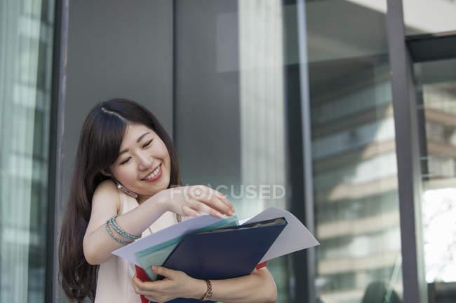 Arbeitende Frau im Bürogebäude — Stockfoto