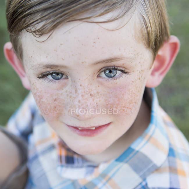 Giovane ragazzo con gli occhi azzurri — Foto stock