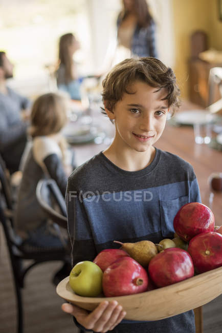 Menino carring maçãs — Fotografia de Stock