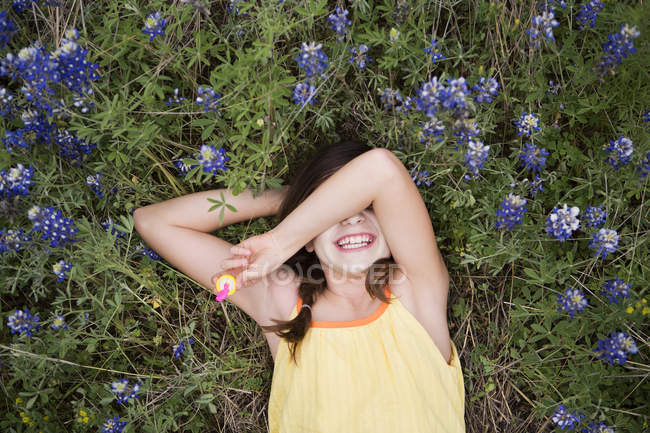 Young girl lying on grass — Stock Photo
