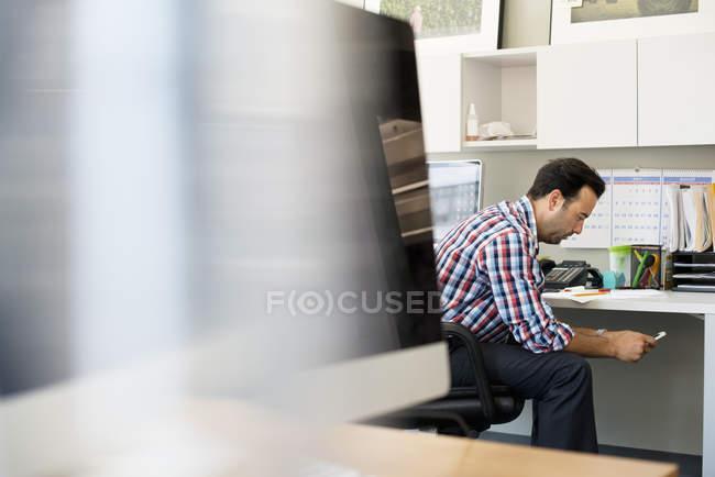 Человек, работающий в офисе — стоковое фото