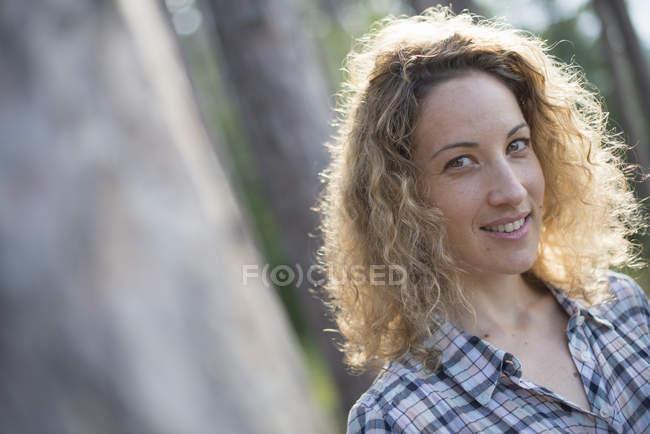 Женщина ходит в тени деревьев — стоковое фото