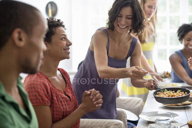 Поділитись їжею сім'ї. — стокове фото