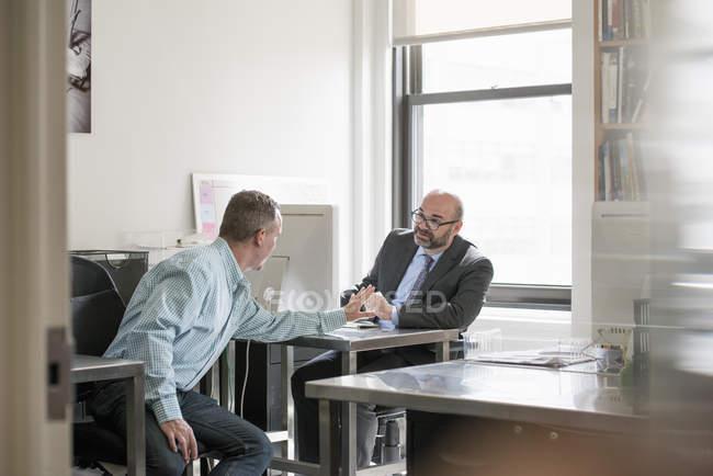 Двоє чоловіків, розмовляли один з одним. — стокове фото