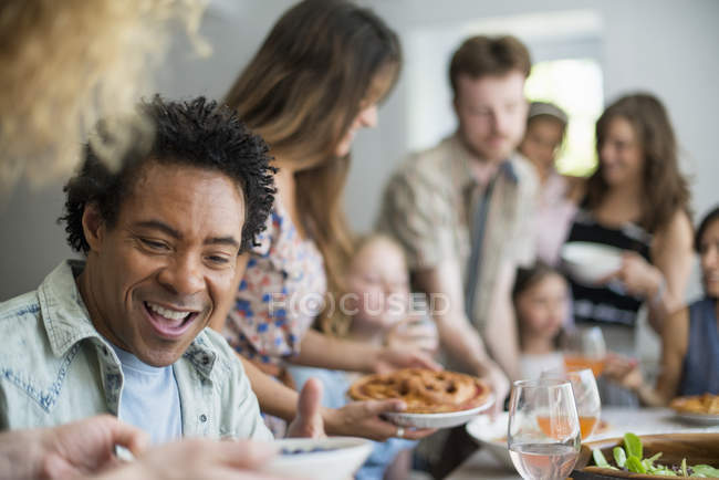Riunione di famiglia per un pasto — Foto stock