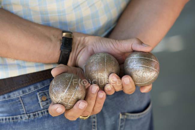 Boules player holding metal boules — стокове фото