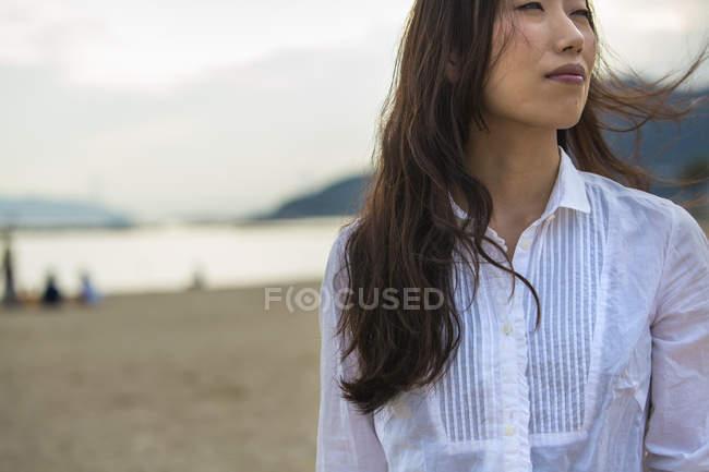 Женщина на пляже в Кобе . — стоковое фото