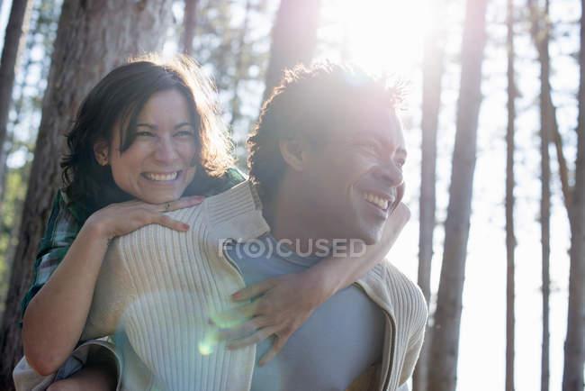 Paar umarmt sich im Schatten der Bäume — Stockfoto