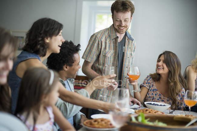 Familientreffen zum Essen — Stockfoto