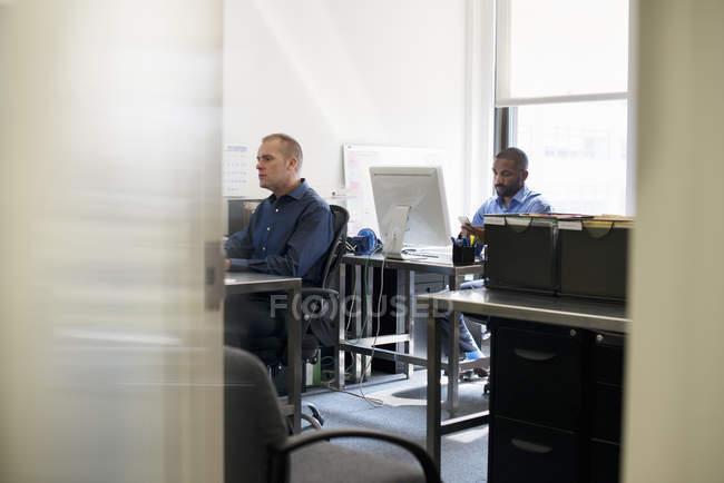 Homens trabalhando em um escritório — Fotografia de Stock