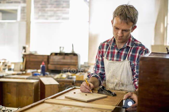 Реставратор антикварной мебели планирует свою работу . — стоковое фото