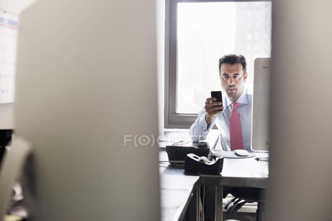 Человек проверяет свой смартфон — стоковое фото