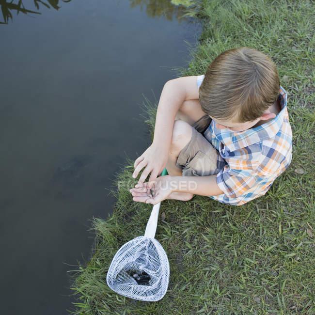 Ragazzo con una rete da pesca . — Foto stock