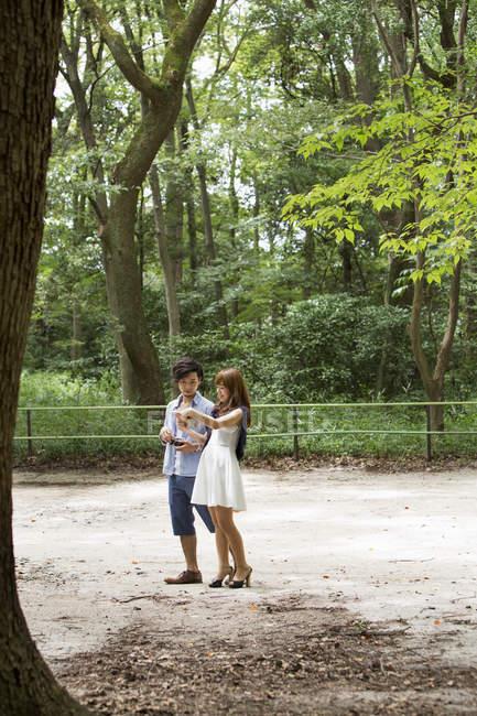 Чоловік і жінка в Кіото парк — стокове фото