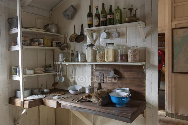 Уголок кухни научно-исследовательской станции — стоковое фото