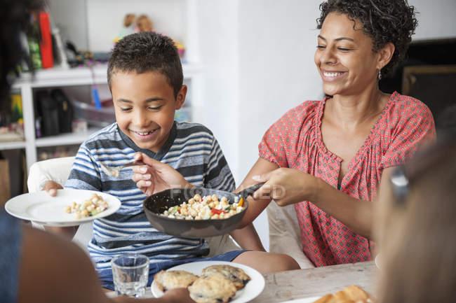 Riunione di famiglia per un pasto . — Foto stock