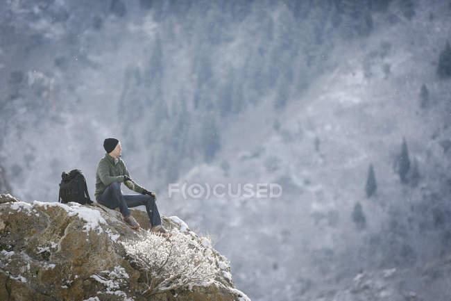 Людина на оголення вище долині. — стокове фото