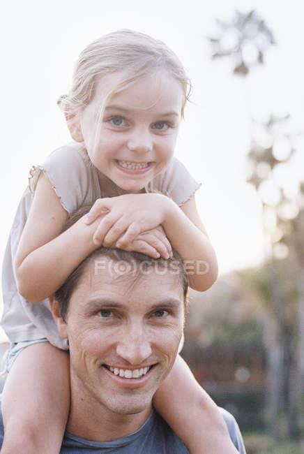 Ребенок сидит на плечах отца . — стоковое фото
