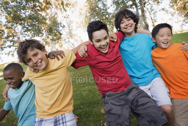 Glücklich Jungs laufen — Stockfoto