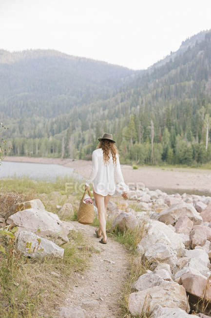 Donna con cappello e camicia bianca — Foto stock