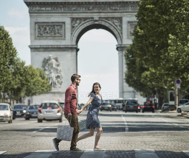 Casal andando pelo Arco Triunfal — Fotografia de Stock