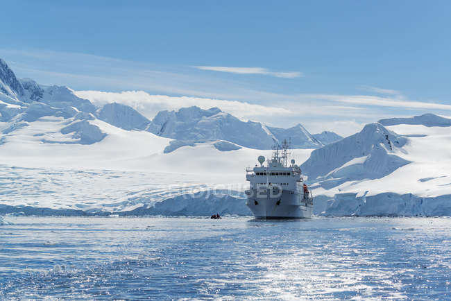 Polar research vessel, in the Antarctic. — Stock Photo