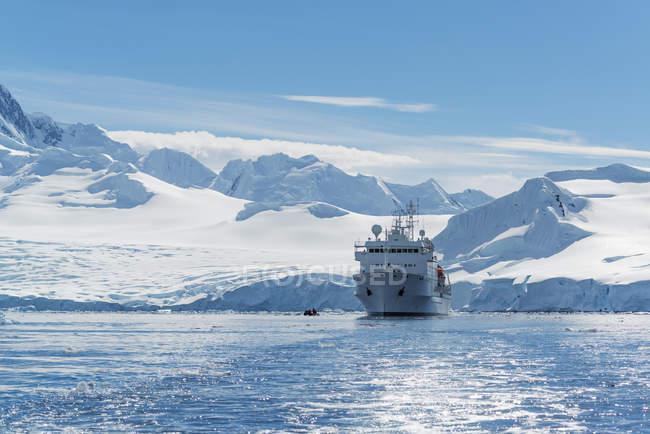 Полярний науково-дослідному судні, в Антарктиці. — стокове фото