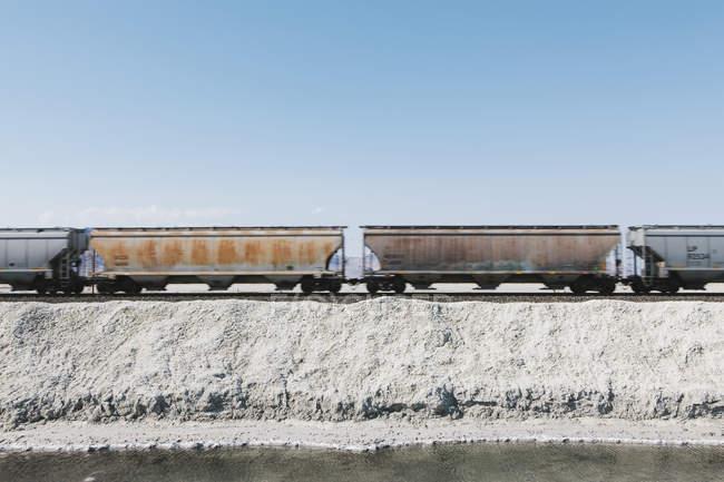 Treno merci nel deserto — Foto stock