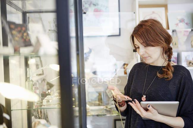 Reife Frau mit einer digital-Tablette — Stockfoto