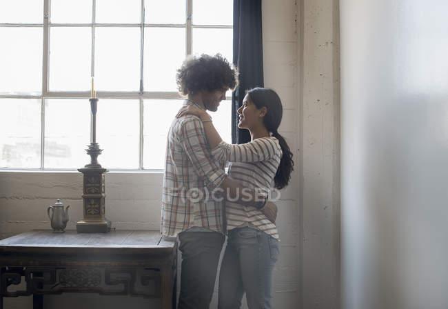 Coppia di fronte a altro che si abbracciano — Foto stock