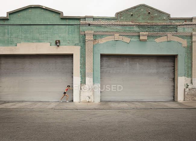 Frau bereitet sich auf Lauf vor — Stockfoto