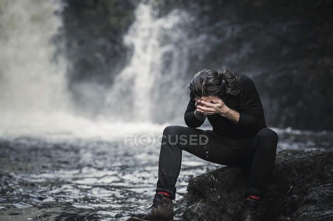 Cara lavando homem em um córrego montês — Fotografia de Stock