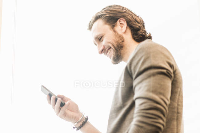 Uomo barbuto sorridente — Foto stock