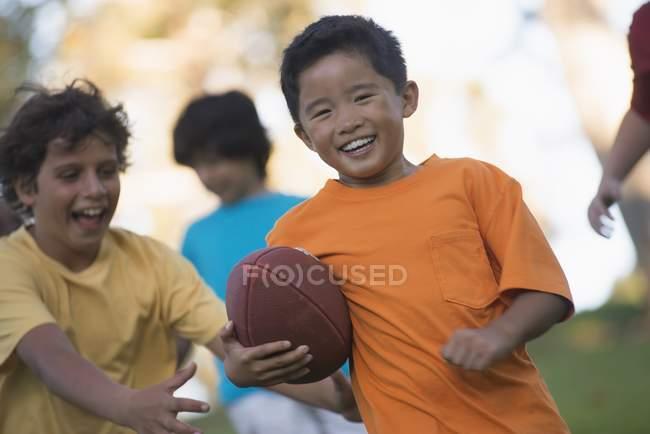 Дети играют в футбол на открытом воздухе — Stockfoto