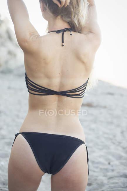 Блондинка жінка в чорному бікіні — стокове фото