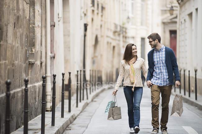 Paar läuft auf einer Straße in der Stadt — Stockfoto