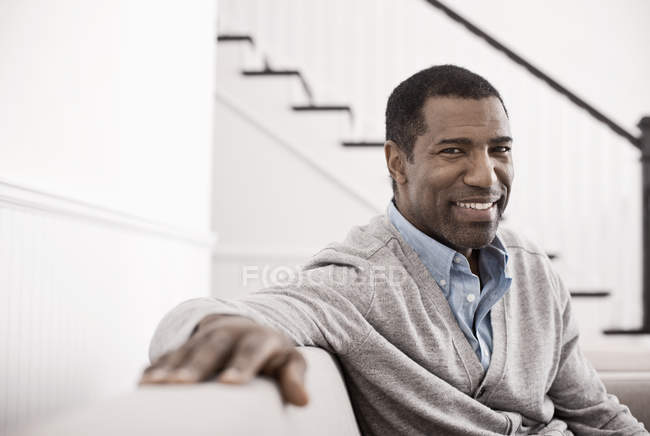 Зрелый человек, сидения диван. — стоковое фото