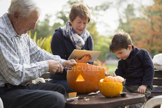 Создание тыквенные фонари для Хэллоуина. — стоковое фото
