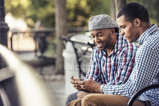 Dois homens sentados num parque — Fotografia de Stock