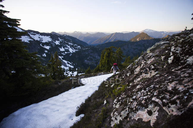 Mann kraxelt um Schneefläche — Stockfoto