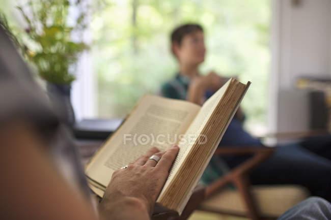 Sitzenden Person ein Buch zu lesen — Stockfoto