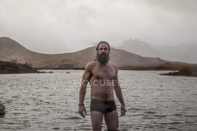 Uomo in piedi coscia in fondo al mare — Foto stock