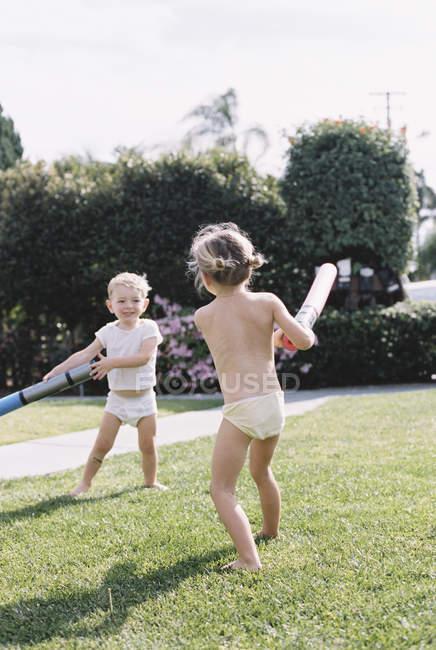 Дітей, що грають в саду — стокове фото