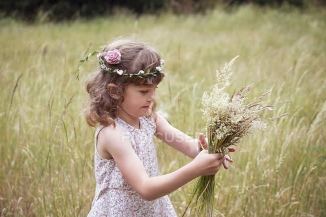 Дівчинка з квітами. — стокове фото