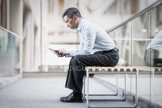 Man using digital tablet. — Stock Photo