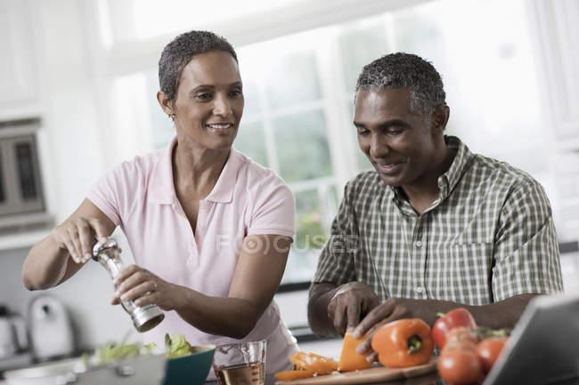 Пара на кухне своего дома — стоковое фото