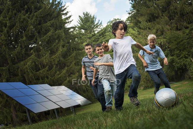 Хлопчики бігати за м'яч — стокове фото